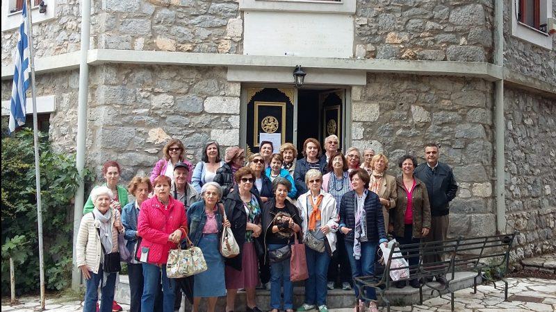 Στην είσοδο της Σχολής Αργυροχρυσοχοϊας στη Στεμνίτσα