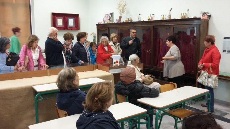 Στην αίθουσα με τα έργα των μαθητών της Σχολής.