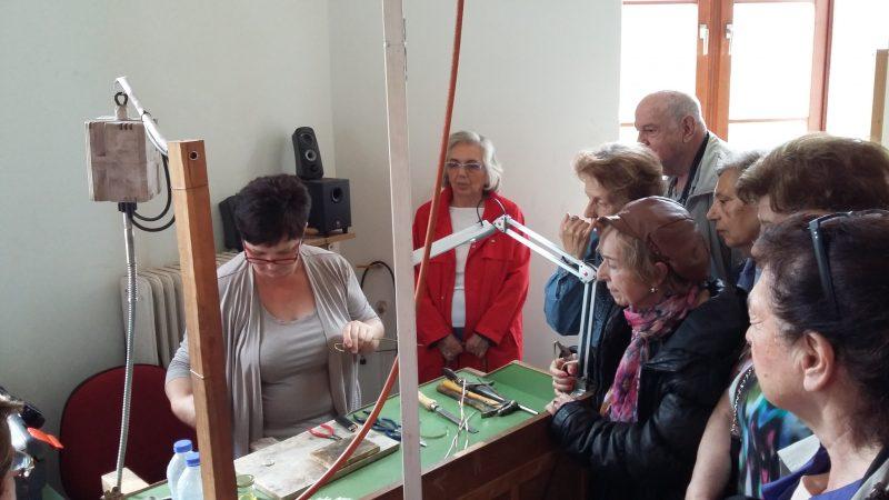Η καθηγήτρια κα Σοφία Μπενοπούλου μας δείχνει τον τρόπο κατασκευής του κοσμήματος.