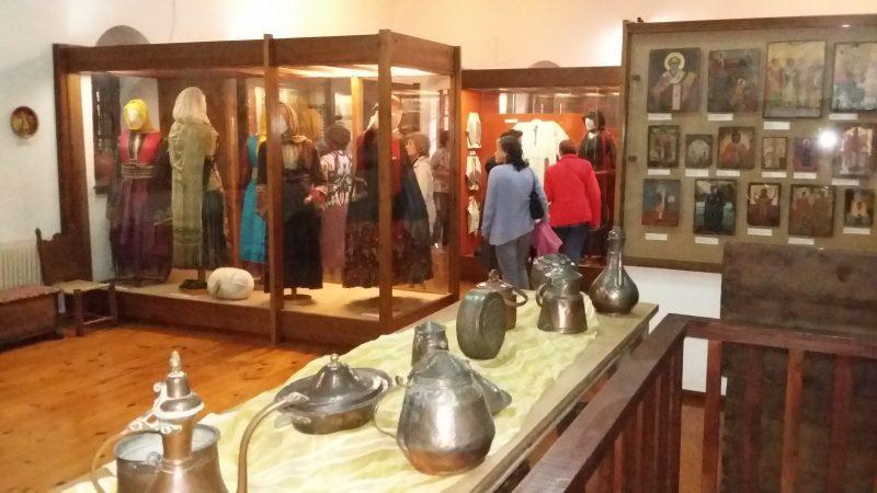 Λαογραφικό Μουσείο Στεμνίτσας: Παραδοσιακές φορεσιές και σκεύη σπιτιού.