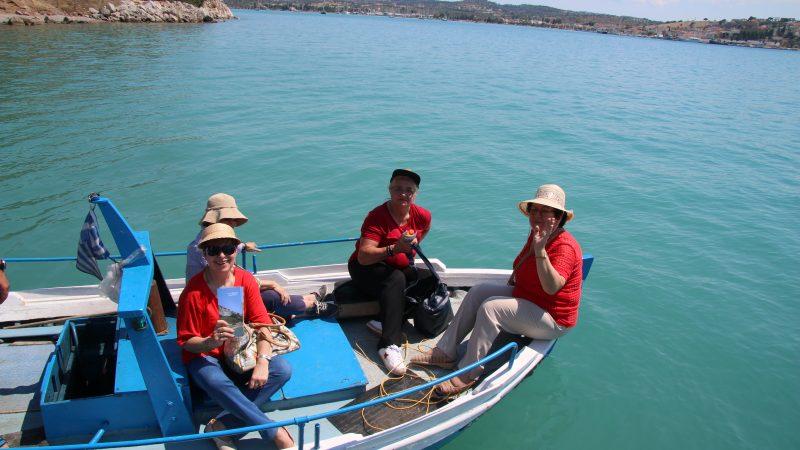 Η μεταφορά μας με βάρκα ντόπιου ψαρά, από το Σπήλαιο στη Κοιλάδα