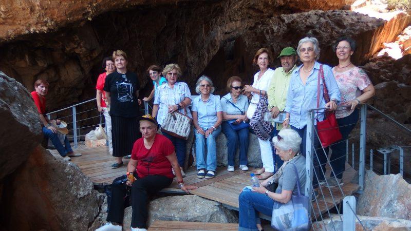 Η Ομάδα των Φίλων εντός του Σπηλαίου.