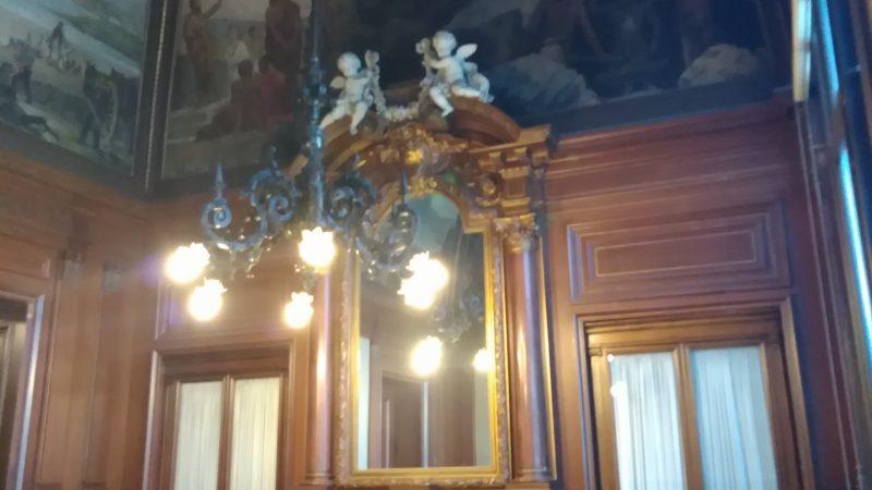 Η αίθουσα μπιλιάρδου στον 2ο όροφο.