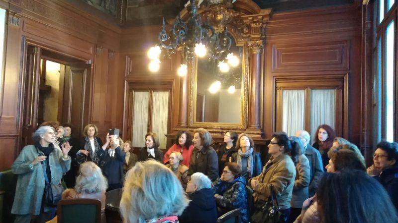 Η κα Α. Σκουμπουρδή ξεναγεί τους Φίλους στη Αίθουσα του μπιλιάρδου.