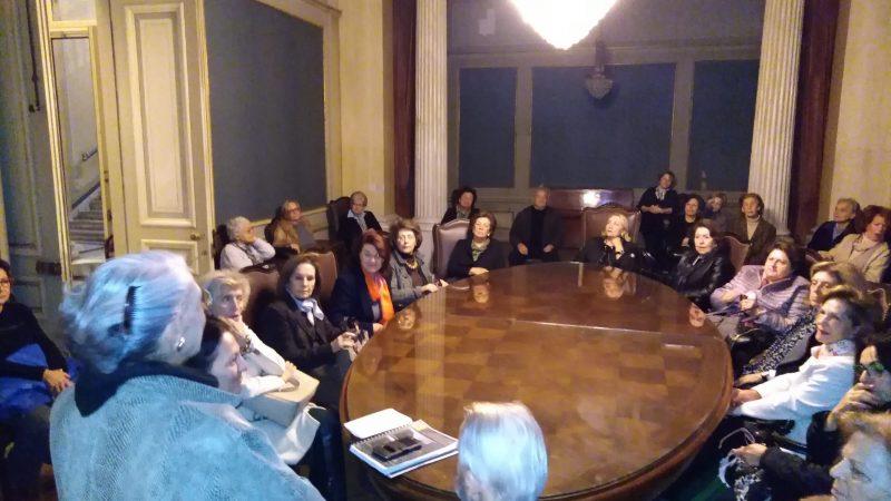 Οι  κυρίες Άρτεμις Σκουμπουρδή  και Έλια Πρεβεδούρου μαζί με τους Φίλους, στην τραπεζαρία  του Αρχοντικού στον 1ο όροφο