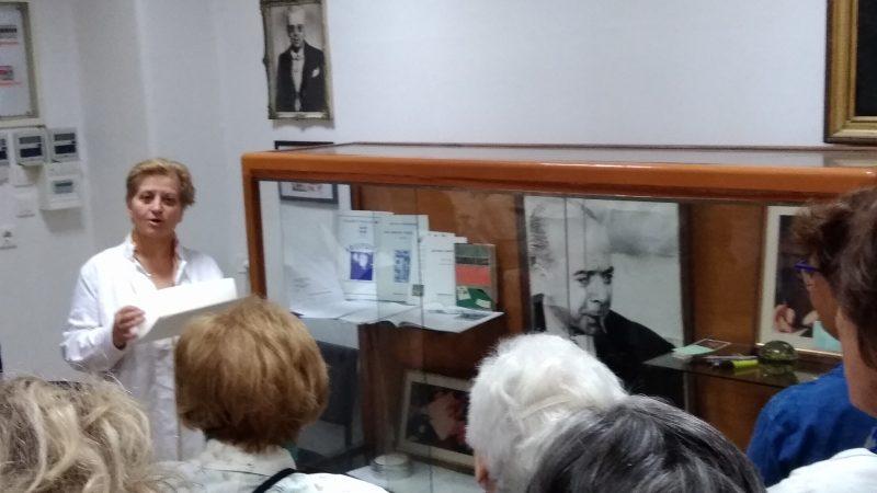 ΕΔΡΑ ΑΝΑΤΟΜΙΑΣ: Η υπεύθυνη του Μουσείου Ανατομίας κα Ε. Κόνιαρη με τους Φίλους , μπροστά από ενθυμήματα και προσωπικά αντικείμενα του συγγραφέα Αντώνη Σαμαράκη .