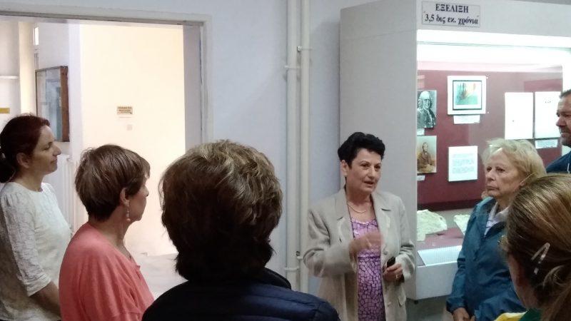 ΑΝΘΡΩΠΟΛΟΓΙΚΟ ΜΟΥΣΕΙΟ ΙΑΤΡΙΚΗΣ ΣΧΟΛΗΣ : Η Αν. Καθηγήτρια κα Μαρία Κουλόυκουσα υποδέχεται τους Φίλους στο χώρο του Μουσείου.