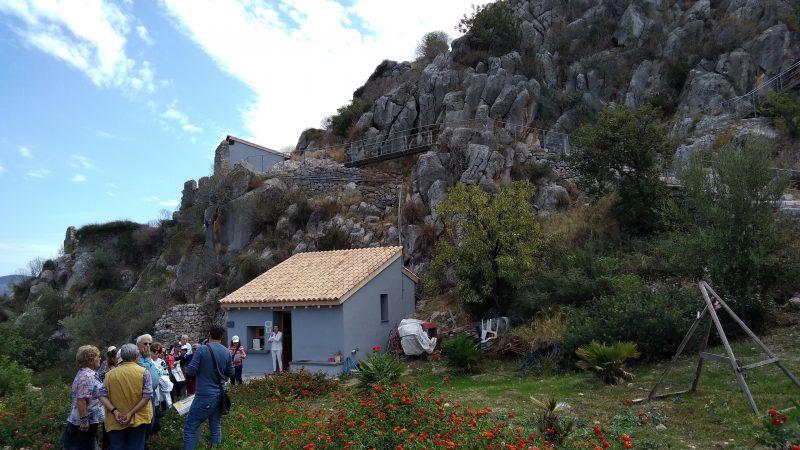 Ο αρχαιολόγος κ.Ν. Κατσαραίος μας υποδέχεται στην είσοδο της ακρόπολης.