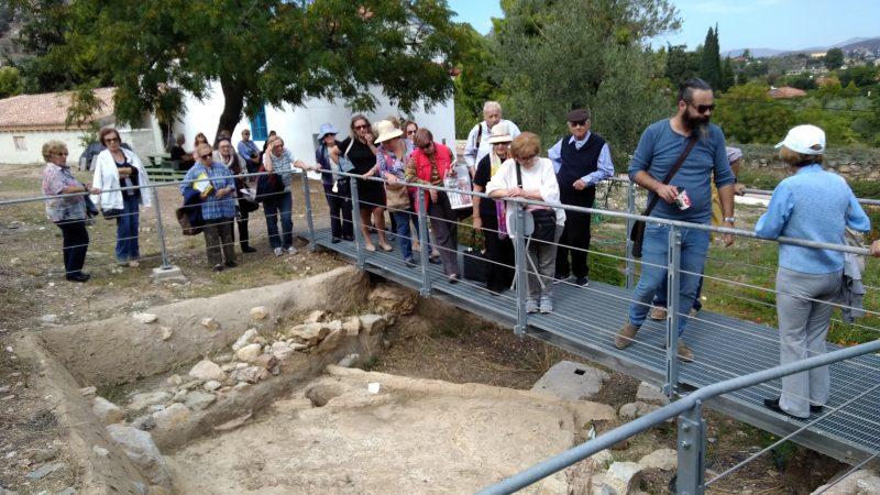 Παρατηρώντας ένα αρχαίο ελαιοτριβείο ή πατητήρι σταφυλιών.