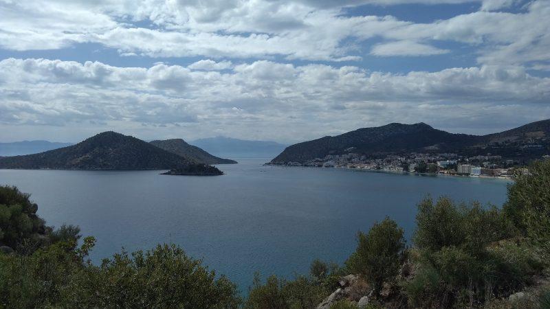 Άποψη της παραλίας του Τολού από την ακρόπολη.