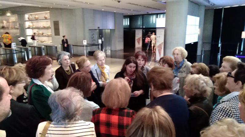 Υποδοχή από την αρχαιολόγο κα Λίνα Κοκκίνου στο κεντρικό χωλλ του Μουσείου Ακρόπολης.