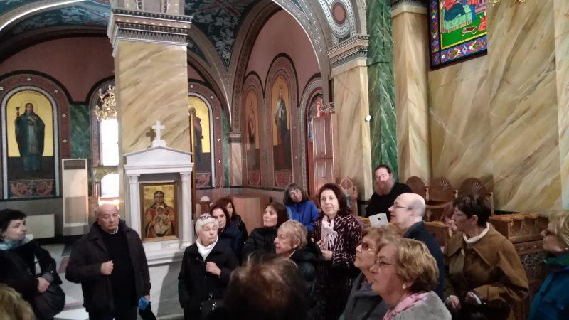 Η Καθηγήτρια  κ. Ευαγγελία Γεωργιτσογιάννη ξεναγεί τους Φίλους εντός του ναού.
