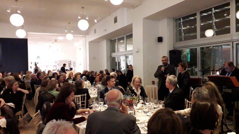Το μέλος της Διοικητικής Επιτροπής του Μουσείου Μπενάκη κ. Γεώργιος Μαγγίνης απευθύνει χαιρετισμό στην εκδήλωση ,δίπλα στην Πρόεδρο των Φίλων κα Ρωξάνη Τσιμπιροπούλου.