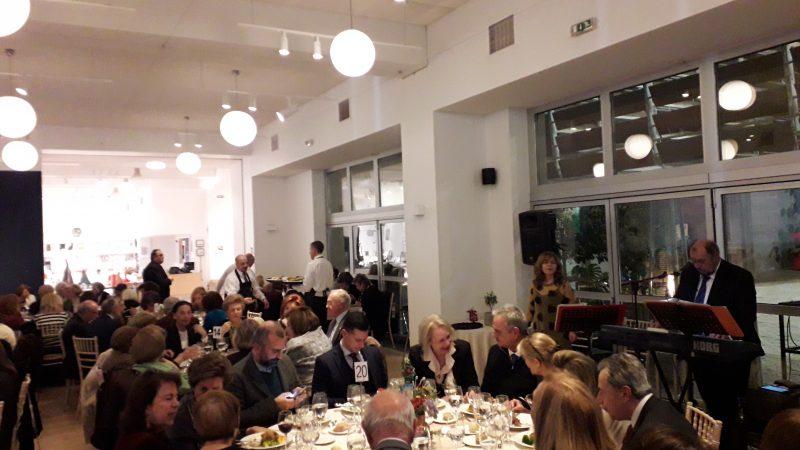 Άποψη της αίθουσας της εκδήλωσης με τους μουσικούς επιμελητές της στα δεξιά.