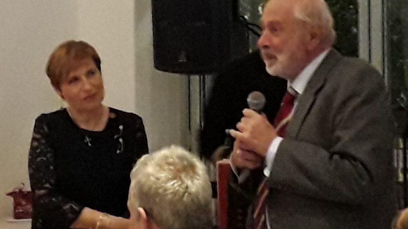 O Ακαδημαϊκός κ. Άγγελος Δεληβοριάς - και πρώην Διευθυντής του Μουσείου Μπενάκη - απευθύνει χαιρετισμό στην εκδήλωση δίπλα στην Πρόεδρο των Φίλων κα Ρωξάνη Τσιμπιροπούλου.
