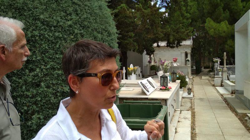 Ξεναγεί η κ. Ρένα Πολίτη, Πρόεδρος της Δημοτικής Ενότητας Κηφισιάς