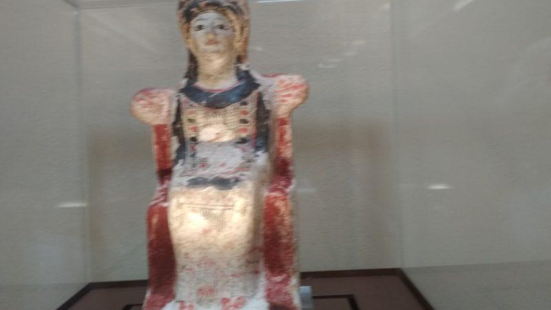 Αρχαιολογικό Μουσείο Θήβας, Ειδώλιο καθιστής σε θρόνο γυναικείας μορφής (5ος αι. πΧ)
