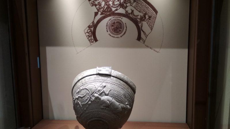 Αρχαιολογικό Μουσείο Θήβας, Σκύφος με ανάγλυφη παράσταση της ίδρυσης των Θηβών από τον Κάδμο.